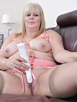 British chubby housewife playing with herself - Granny Girdles